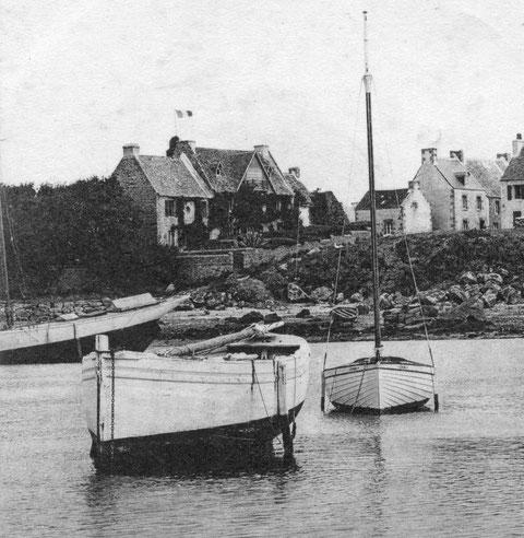Ile de Batz, Pors en Eog, avant la guerre de 14 18, le cotre à clins Zabi est désarmé pour l'hiver à coté d'un cotre classique et d'un très beau yacht