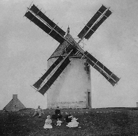 une rare photo du moulin neuf sous voiles, elles semblent avoir été tannées comme les voiles de canots (Collection Daniélou mise ne ligne par Pierre Cuzon)