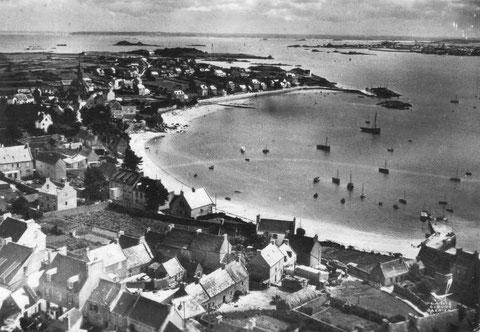 Le port de l'île de Batz dans les années 60, on aperçoit au mouillage deux grand sloups sabliers