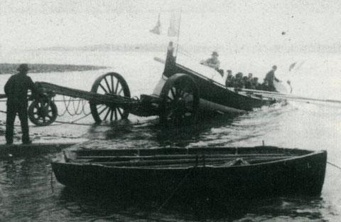 La mise à l'eau du canot de sauvetage de Perros-Guirec  « Amiral Mallet Athanase » en 1904 lors de son baptême, ce canot de sauvetage remplaça le Léonie en  service depuis 1867