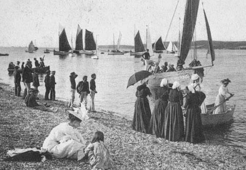 Les régates comme les pardons attiraient une foule d'hommes et de femmes comme ici au aux régates de Locquénolé en baie de Morlaix