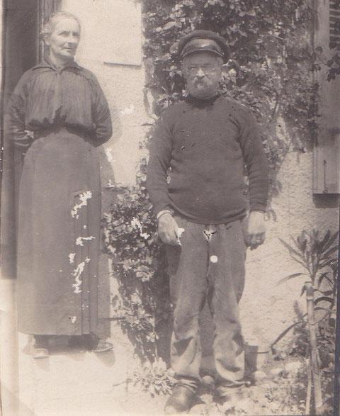 A la fin des années 20 Michel Floch en retraite et son épouse Euphrasie Stéphan devant leur maison