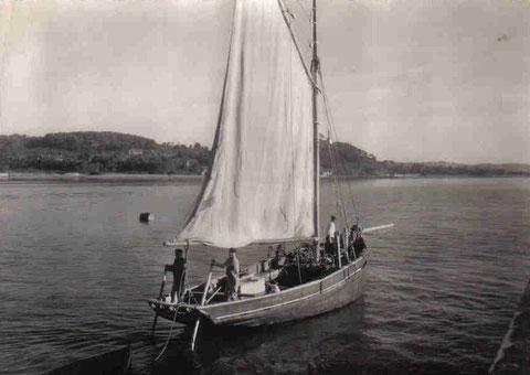 Gabare du Trieux quittant Paimpol, deux godilleurs  propulsent le bateau