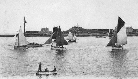 Série de bateau de pêche, la voilure du cotre de droite est remarquable son flèche à vergue verticale a un petit balestron