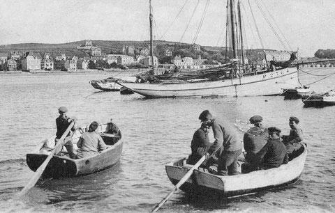 En escale à St Cast, deux équipages de Loguivy rejoignent leurs sloups à bord de leurs annexes, le sloup P2364 est particulièrement gracieux