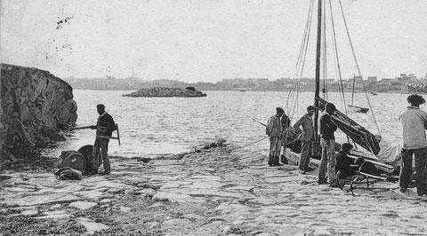 Débarquement à l'ile au moutons à pleine mer , un menuisier est avec ses outils. les canots utilisent leurs ancres, avec une courte chaine avant l'orin  pour s'amarrer aux cales