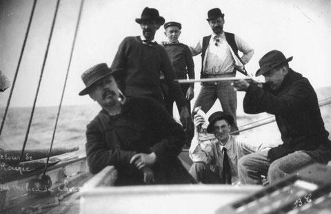 Vers 1905, retour de chasse au macareux à l'île Rouzic à bord du yacht Canada de l'armateur Jules Prigent, Ce yacht a été construit en 1890 chez Kerenfort à Roscoff