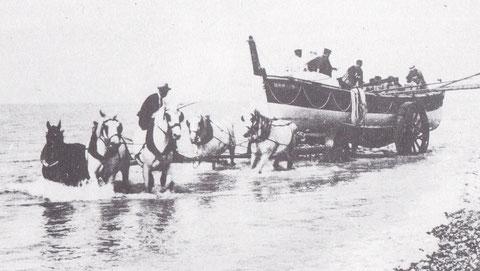 Dans d'autres régions, comme sur cette photo de Cayeux,  la traction du chariot du canot de sauvetage est nettement plus courante que sur la côte de Bretagne nord