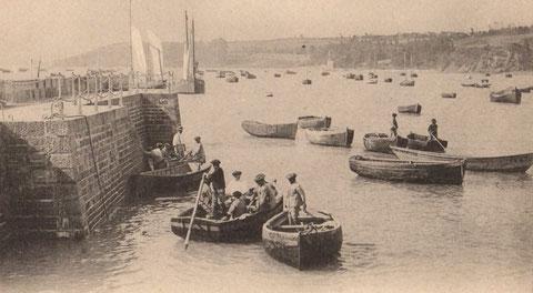 Cancale, les solides canots des bisquines de Cancale sont propulsés à la godille dans le port ou à l'aviron en action de pêche aux cordes