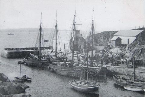 Le petit port de Lampaul  vers 1907, les gabares à voile qui desservaient régulièrement Ouessant sont l'Ile d'Ouessant à Creac'h patron Malgorn, Le Notre dame de Lourdes à Benoit patron Avril, le Commissionnaire  à jean Marie Stephan patron Cornen