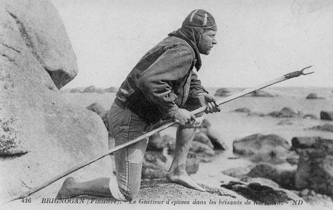 Carte postale ancienne vers 1900, mise en scène du goémonier léonard, coiffé du callaboussen  guettant l'échouage d'épaves