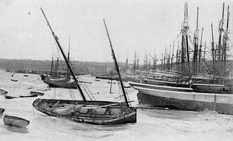 Cancale le port de la houle par coup de vent d'est en hiver, la bisquine CAN 869 a cassé sa béquille tribord et est malmenée par le ressac ce qui peut entrainer des avaries pour la coque