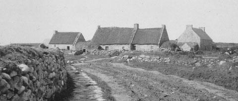 Chaumières de l'île au Lenn Venn avec les soues à cochons au toit de pierre recouvert de motte d'herbe