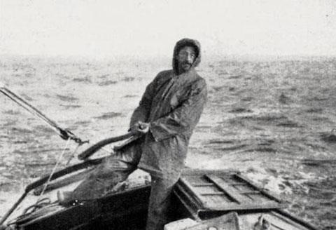 Jacques de Thézac à la barre d'un autre yacht par bonne brise,  image rare d'un yachtman en cirée