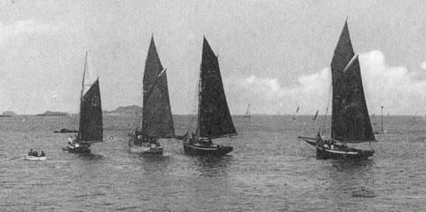 Les régates de Paimpol, le petit sloup à tableau à gauche est un pilote, peut être le « vainqueur » les deux sloups de droite sont certainement des pilotes de plus grande longueur, les flèches sont impeccablement établis