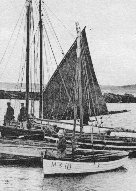 Roscoff, à la cale de mi-marée du petit port du vil réservé aux bateaux de passage de l'île de Batz , au premier plan le joli cotre à clin M310  semble appartenir à un retraité de l'île