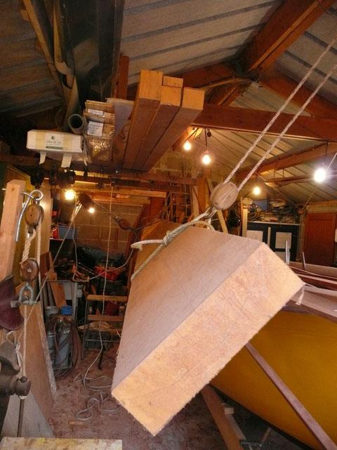 Descente du grenier à bois  au palan d'un madrier de pin d'Oregon, pour le débit des lattes de pont