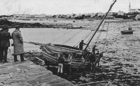 Cette photo, d'un sloup en carénage entre deux pleine-mer  montre bien son aménagement intérieur et des détails de son gréement