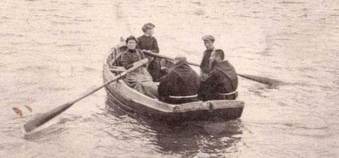 Le passage de la Rance à la Jouvente, deux femmes aux avirons font traverser un homme et deux moines, les « bacs » d'estuaire sont souvent à l'aviron
