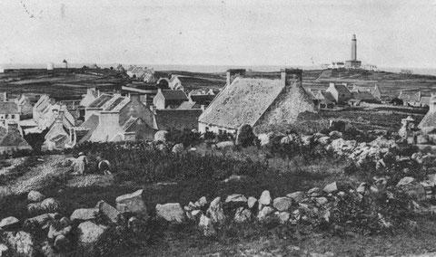 Sur cette vue prise du sémaphore, à gauche les deux moulins de l'ouest lla tour blanche du Moulin de Pen ar C'hastell et le moulin neuf