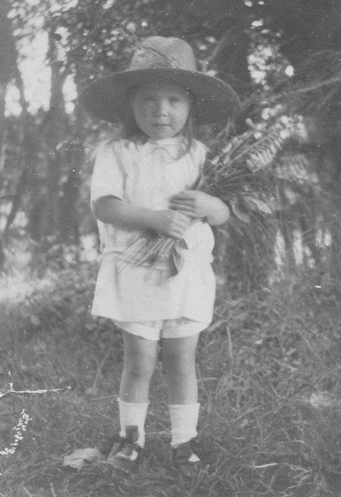 Jeanne, souvent appelée Jeannette photographiée vers 1918