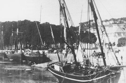 Le port de Lannion vers 1890, un lougre de cabotage est embossé au milieu de la rivière à proximité du pont St Anne, plusieurs dundées sont à quai.