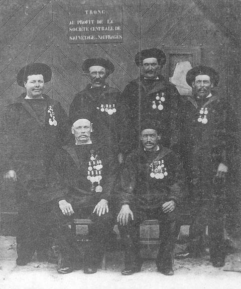 Une partie de l'équipage du canot de sauvetage Esprit le Mat fils, Joseph Masson, Louis Saout, Joseph Corre Esprit le Mat père et Charles Roignant