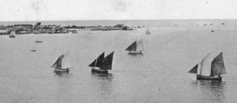 Cinq flambarts tirent des bords vers l'arrivée au port