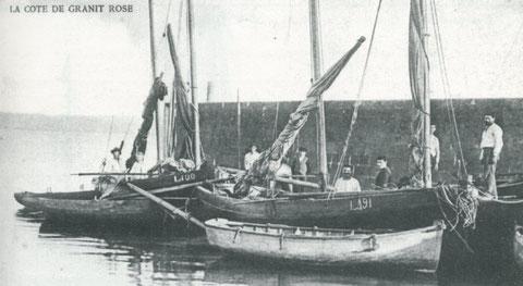 A la cale bitouse le long du quai de la douane, les flambarts Marie (L491) construit en 1904 à Plougrescant pour François-Marie Derrien  de Louannec et le St Anne (L100) construit en 1892 pour Laurent Kermanec de Louannec