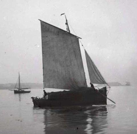 Gabare de la Rance, chargée de fagot arrivant à Saint-Malo, remarquer le court beaupré métallique le matelot à l'avant et le patron à l'arrière tirent sur les avirons