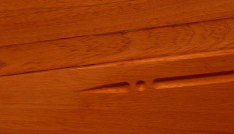 La petite touche personnelle, une engougure avec un petit motif réalisée avec  à la défonceuse avec une fraise au bout rond.