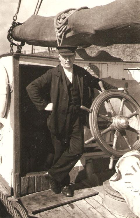 Le capitaine Joseph Nicolas posant à la barre de sa goélette l'Océanide vers 1930 Nous cherchons dans l'association Océanide à garder l'esprit de convivialité de nos anciens   ( Coll Jack Neale))