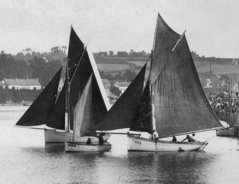 Deux sloups et un canot à misaine au régate de Tréguier vers 1920, La Marie Thérèse avec ses 1tx95 devait être plus petite que ces sloups, quelle imprudence d'embarquer à 17 personnes à bord !