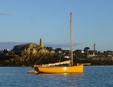 Mon sloup Kernoch et l'îlot de Kernoc'h dans la lumière du matin. L'alignement du moulin (en avant du mât) de sa hauteur à droite par la pyramide de Kernoc'h est un des alignements du chenal