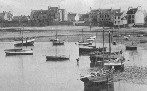Sur cette photo prise au alentour de 1900, l'on voit différents bateaux bordées à clins, des petits cotres, plusieurs canots et une curieuse chaloupe à cul pointu grée en sloup à tape -cul