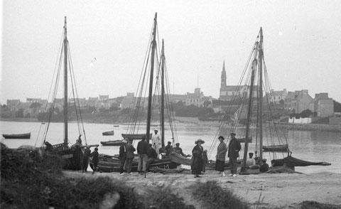 Vers 1920, embarquement à  pleine mer à l'île de Batz , cinq sloups à la cale , les canots restent au mouillage