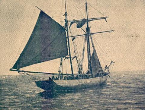 Voilure de pêche, en dérive en travers au vent, grand voile choquée, avec le point levé et trinquette partiellement hissée