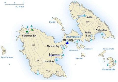L'ile d'Astypalea, en bleu le mouillage à proximité du cénotaphe, en vert les mouillages possibles à 3,7 milles dans le NO du village de Stampalie, le pilote ayant indiqué le mouillage du Panayoti à 3 milles dans le NO du village