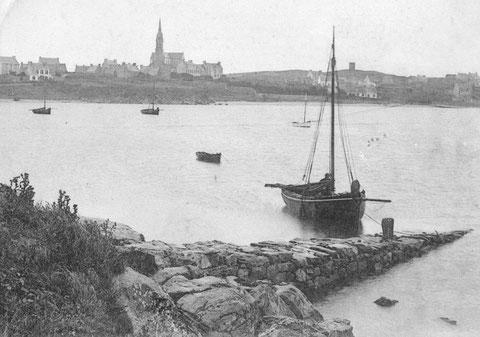 Le sloup de passage de la photo précédente, est arrivé au port de l'île, il a débarqué ses passagers à la petite cale du vil, ils allaient peut être à l'hôtel Robinson à proximité de la cale