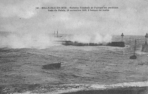 La goélette Élisabeth, est mouillée sur ses deux ancres au vent de la côte par fort coup de vent