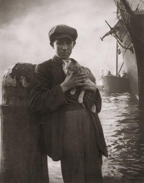 Le mousse et le chat, port de  Sydney vers 1914, photographie d'Harold Cazneaux