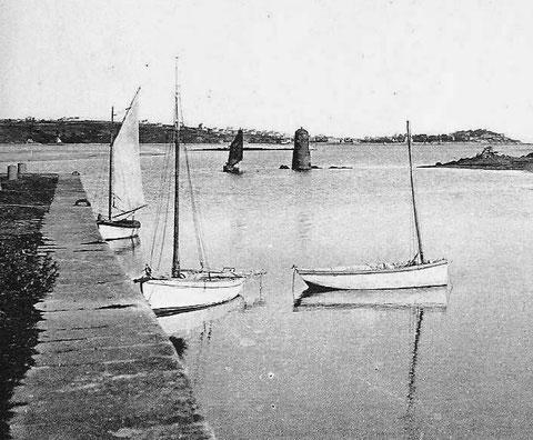 La cale de Toul an Héry à Plestin les grèves, deux jolis sloups et un canot à misaine, peint en blanc  ils sont certainement armés tous les trois en plaisance