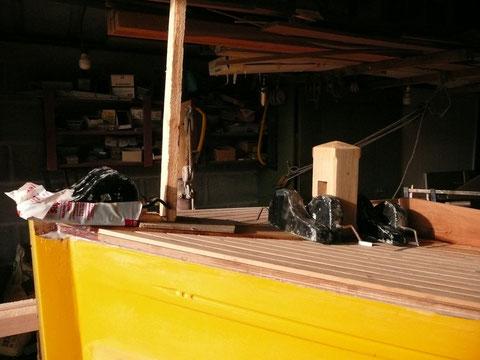 Collage de la fougère, un étai sur la charpente de l'atelier et des plombs de dessinateur assure le serrage