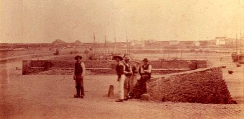 On retrouve ce mur du fond du port sur cette photos des archives de l'abbé Feutren et la descente en pente à droite