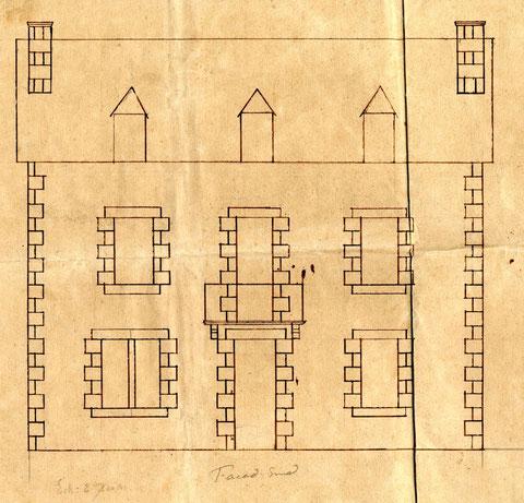 Façade sud, au premier étage le balcon avec sa rambarde en fer forgé, et au second étage les trois lucarnes
