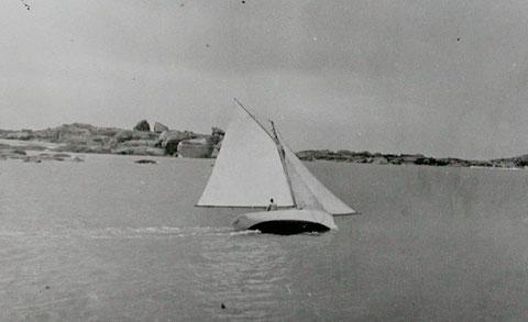 Le Pirate au Coz Porz à Trégastel, sur un bord de près, il avance bien et ne traine vraiment pas d'eau