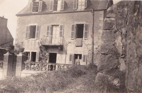 La maison dans les 30, les poteaux électriques font leur apparition, au premier plan la ruine de l'ancienne boulangerie Le Coz