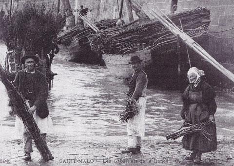 Hiver 1899 1900, des gabariers avec leur vêtements de grosse toiles Joseph Desvaux avec un grand fagot, Ange verrier et madame Poilvé à quai les gabares Trois Frère et Mathurin Jean