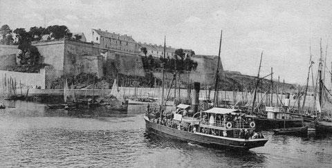 Belle-Île l'avant-port du Palais et la citadelle, on voit les deux vapeurs qui ont sauvé la goélette Élisabeth en la remorquant jusqu'au port