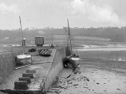Une petite gabare bien ronde, sans mât de flèche au quai à Tréguier , le sloup blanc béquillé sur la cale a de belles formes (photo Lacombe archives départementales 22)